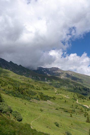 Bild mit Bergen und Wolken